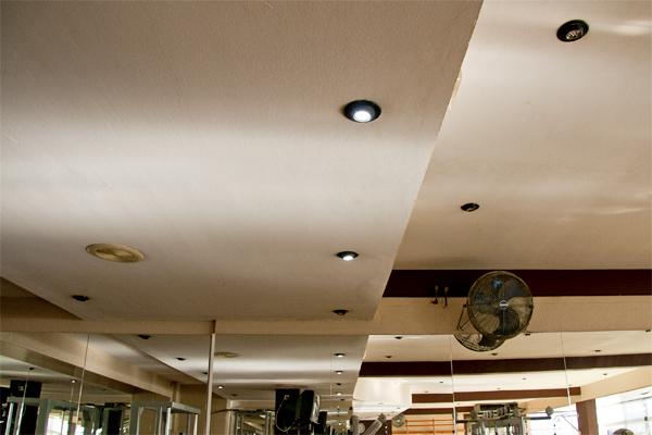 Nueva instalación LED en la sala del gimnasio del Centro Deportivo Vallpineda